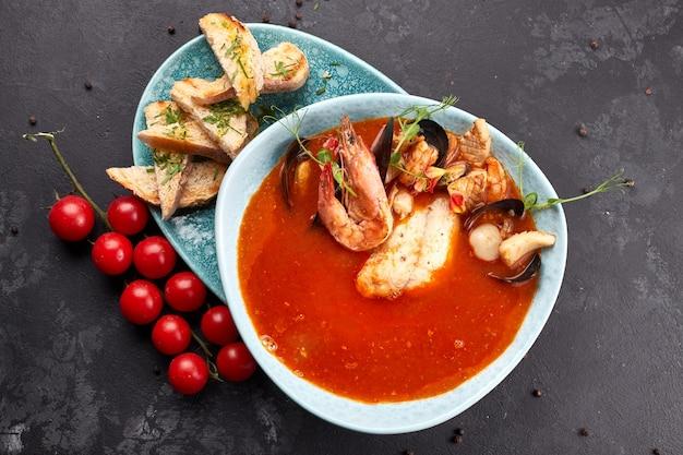 Sopa de tomate y mariscos, bullabesa