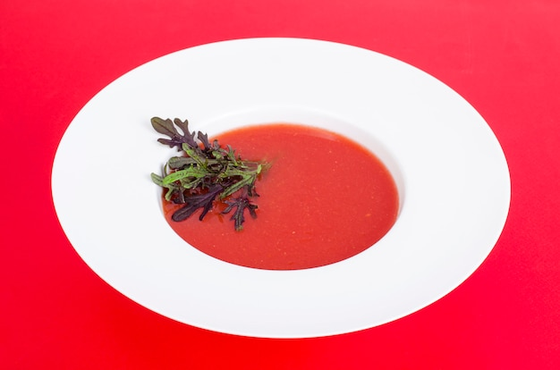 Sopa de tomate con microgreens. foto
