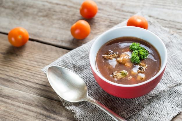 Sopa de tomate picante con mariscos