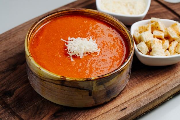 Sopa de tomate con queso y galletas saladas