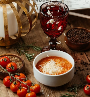 Sopa de tomate con queso