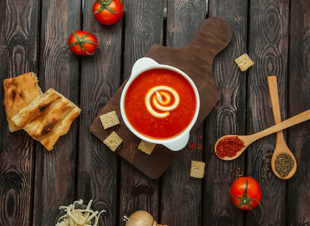 Sopa de tomate en la vista de la mesa