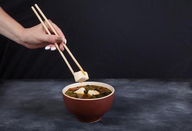 Sopa tradicional japonesa de queso de tofu.