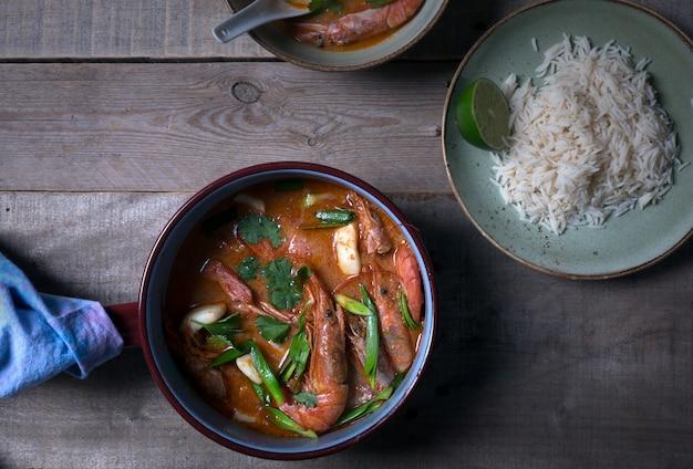 Sopa tradicional tailandesa tom yam