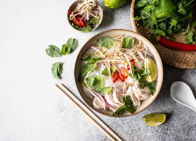 Sopa tradicional vietnamita - pho ga en un tazón con fideos de pollo y arroz