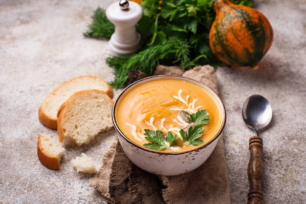 Sopa vegetariana de otoño crema de calabaza