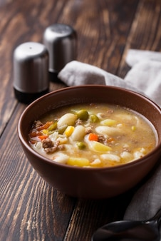 Sopa de verduras y carne picada.