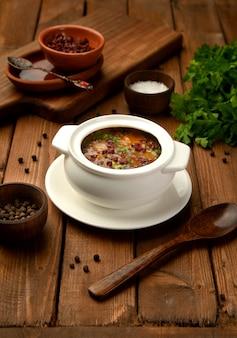 Sopa de verduras cubierta con agracejo seco