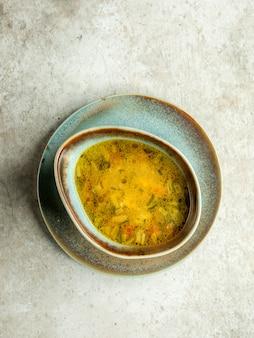 Sopa de verduras con hierbas.