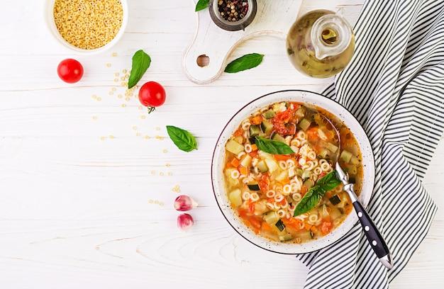 Sopa de verduras minestrone con pasta
