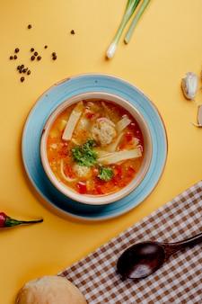Sopa de verduras con pasta y hierbas.