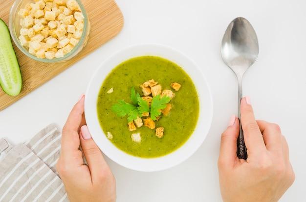 Sopa de verduras con picatostes y perejil