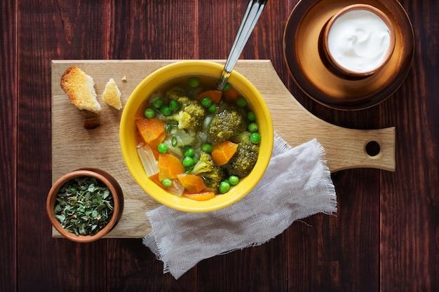 Sopa de verduras con zanahorias, guisantes y brócoli