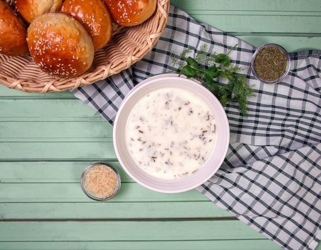 Sopa yayla caucásica con bollos de pan.