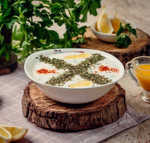 Sopa yayla sobre la mesa