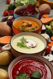 Sopas de verduras e ingredientes en la mesa gris. alimentación saludable