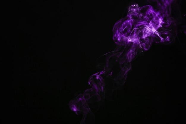 Soplo de humo púrpura