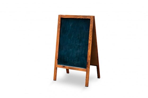 Soporte al aire libre en blanco del tablero de tiza aislado. pizarra maqueta. tablero con marco de madera temp.
