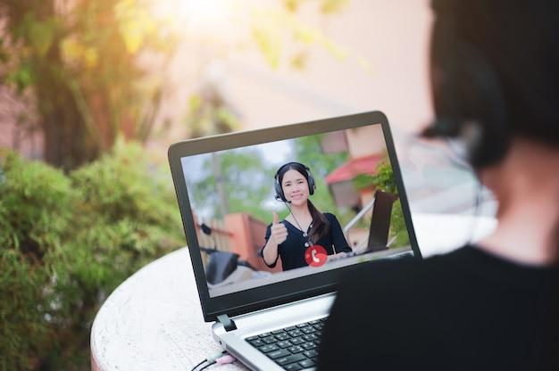 Soporte de centro de llamadas de mujeres trabajando desde casa, nuevo dispositivo de tecnología normal