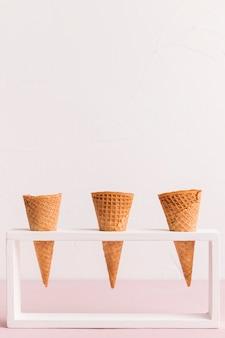 Soporte con cornetas heladas cónicas.