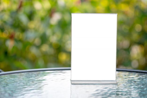 Soporte para mock up menú marco carpa tarjeta diseño de fondo borroso diseño visual clave