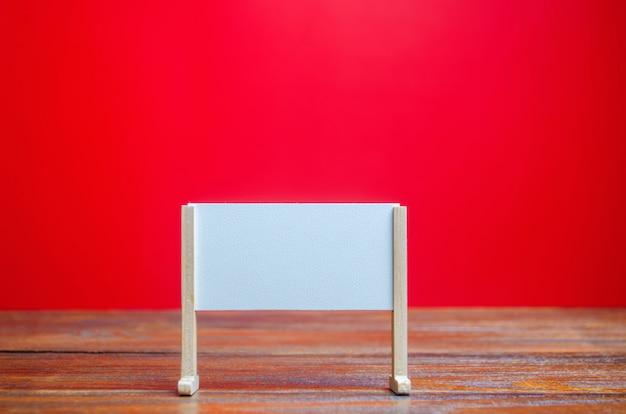 Soporte o tablero blanco sobre un fondo rojo. pizarra vacía. minimalismo