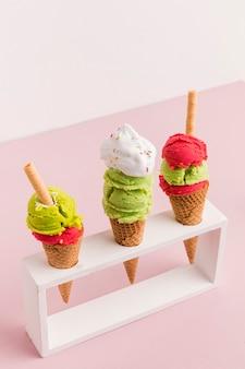 Soporte de plástico con coloridos conos de helado.