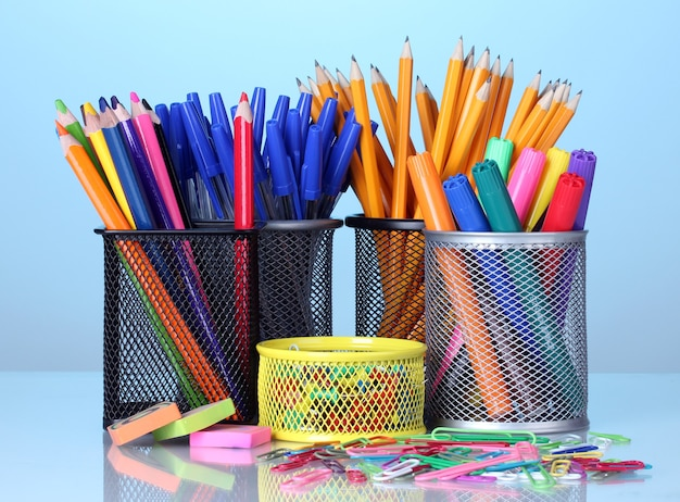 Soportes de colores para suministros de oficina con ellos en superficie brillante