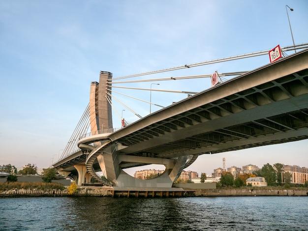 Soportes de puentes de hormigón armado. soporte de puente de hormigón de diseño moderno sobre el agua. la carretera sobre la cabeza. san petersburgo.