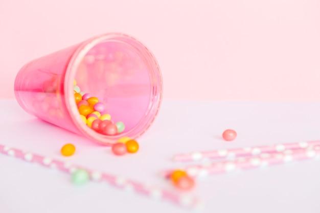 Sorbetes, vaso de papel y caramelos