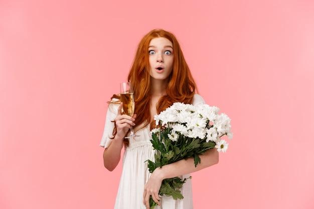 Sorprendida y asombrada, curiosa mujer pelirroja mirando sin palabras y asombrada y amiga felicitando