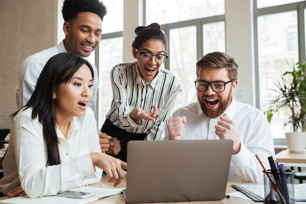 Sorprendido gritando jóvenes colegas de negocios