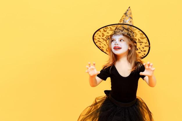 Sorprendido grl en traje de bruja de halloween