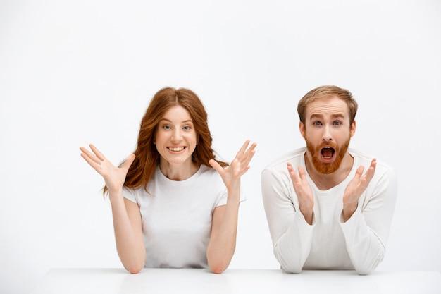 Sorprendido hombre y mujer, ambos pelirrojos