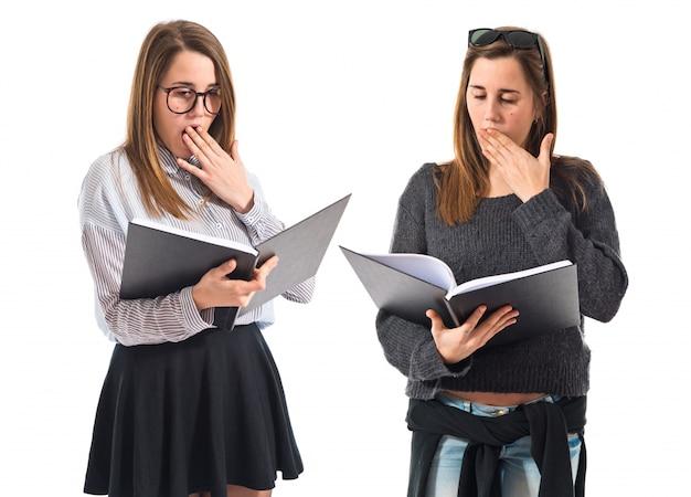 Sorprendido libro de lectura de hermanas