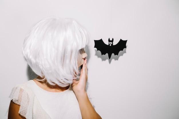 Sorprendido niña y murciélago