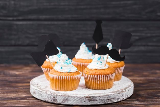 Sorpresa para los cupcakes del día del padre sobre tabla de madera