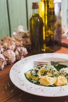 Sorrentino con queso parmesano, ajo y aceite de oliva en una mesa de madera