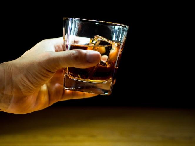 Sosteniendo el whisky