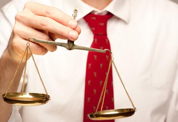 Sosteniendo la escala de justicia