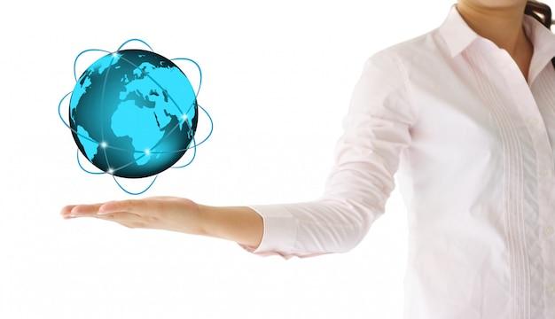 Sosteniendo un globo terráqueo brillante en su mano