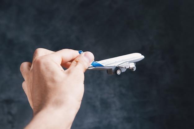 Sosteniendo un pequeño avión en su mano