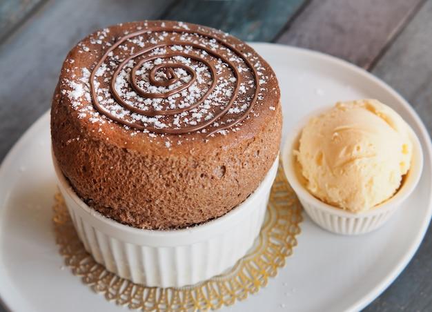 Souffle de chocolate con helado de vainilla en un plato blanco. postre tradicional francés.