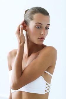 Spa y belleza. bella mujer en bikini blanco