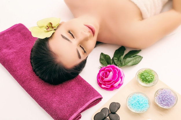 Spa, belleza, cuidado de personas y cuerpo, hermosa mujer recibiendo tratamiento facial durante las vacaciones
