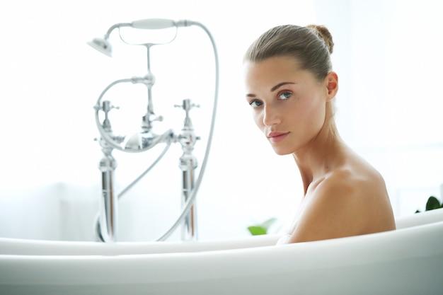 Spa y belleza. mujer hermosa, en, un, cuarto de baño