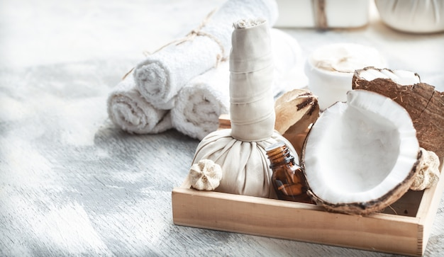 Spa bodegón con coco fresco y productos para el cuidado del cuerpo