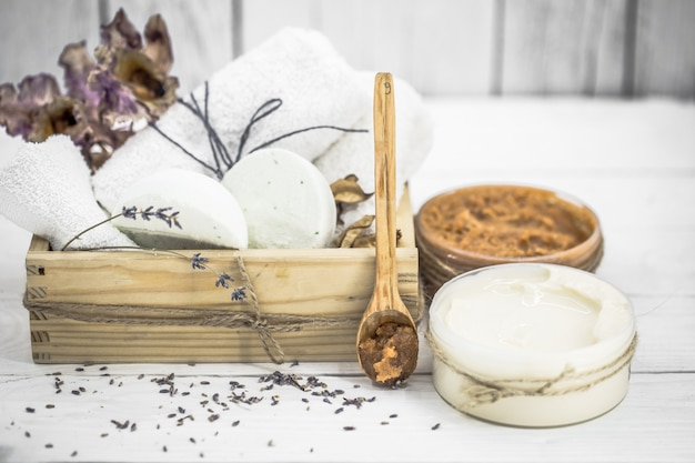 Spa bodegón en mesa de madera blanca