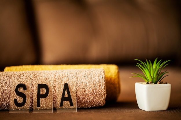 Spa de chocolate. composición toalla marrón en habitación de hotel de tratamiento de spa
