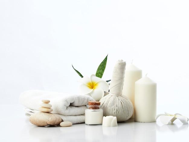 Spa concepto de masaje, bola de compresa de hierbas, crema, jabón de flores, vela perfumada